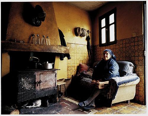 menschen und r ume domestic landscapes von bert teunissen photoscala. Black Bedroom Furniture Sets. Home Design Ideas