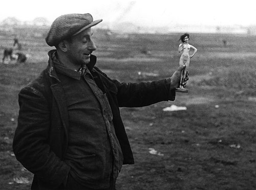 Foto Theo Frey, Arbeitsloser in der Mülldeponie Herdern, Zürich, 1936
