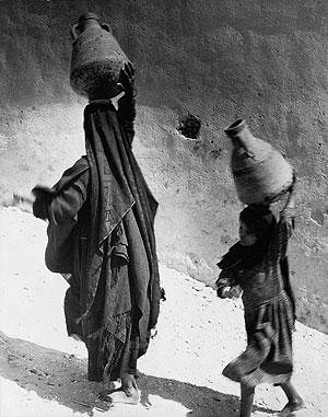 Foto von Hannes Kilian; Frauen bei Luxor, Ägypten 1956