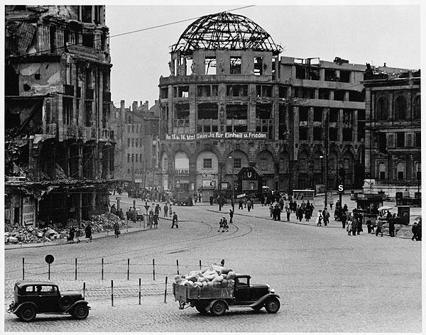 Foto von Hannes Kilian; Ruine Haus Vaterland, Potsdamer Platz, Ostberlin 1949