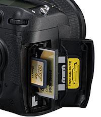 Foto vom Doppel-Speicherkartenfach der D300s von Nikon