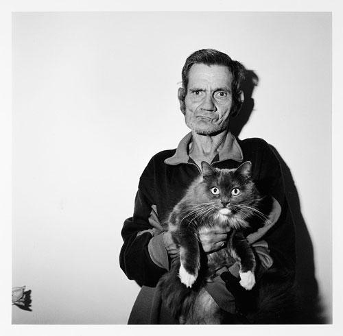 Foto Roger Ballen: Man holding cat, 1995