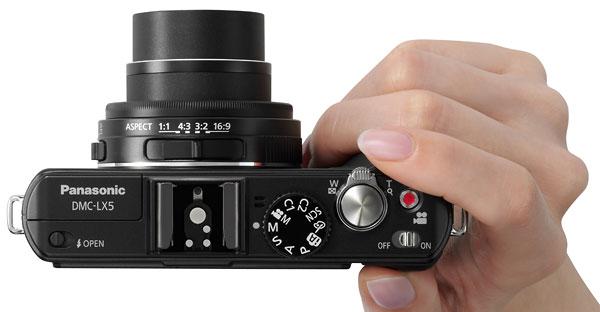 Foto der Lumix LX5 in der Hand
