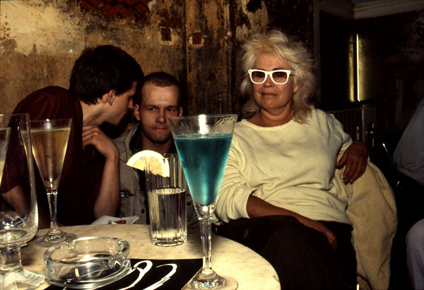 Foto Nan Goldin: Bea with the blue drink, O-Bar, West-Berlin 1984