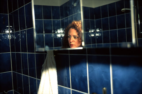 Foto Nan Goldin: Self-Portait in my Blue Bathroom, Berlin 1991