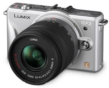 Foto der silberfarbenen Lumix GF2 von Panasonic