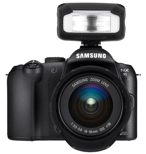 Foto der NX10 mit Aufsteckblitz SEF-20A von Samsung