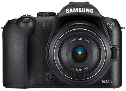 Foto der NX10 von Samsung mit 2/30 mm