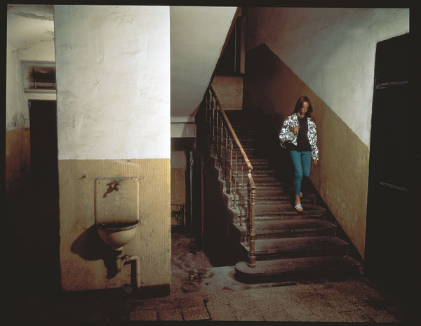 Foto Jeff Wall: Odradek, Táboritská 8, Prague, 18 July 1994