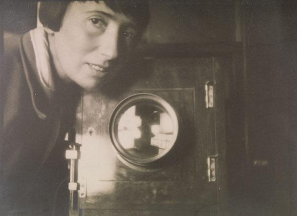 Foto Annie Schulz: Trude Fleischmann im Atelier, Wien 1929