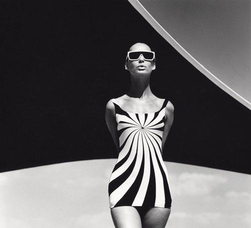 Foto F.C. Gundlach, Brigitte Bauer, Op Art-Badeanzug von Sinz, Vouliagmeni / Griechenland 1966