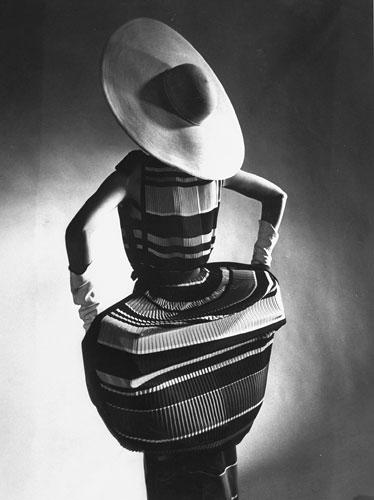 Foto Gjon Mili, T. Norell, Spring Fashions, Mushroom pleats