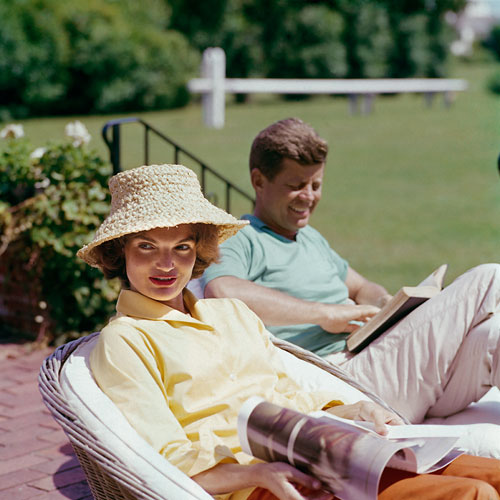 Foto >Mark Shaw, Jackie and JFK at the family home at Hyannis Port, 1959