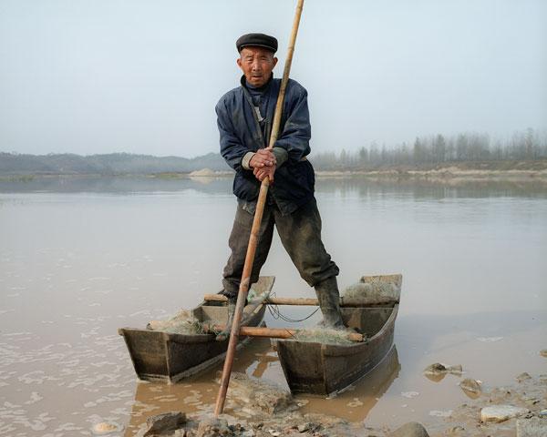 Foto Andreas Seibert, Herr Wang verkauft seine Fische für ¥ 6 (CHF 0.90) pro halbes Kilogramm. Provinz Henan, 2011