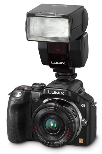 Foto der Lumix G5 mit Aufsatzblitz