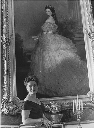 Romy Schneider in der Wiener Hofburg vor einem Bildnis der Kaiserin Elisabeth von Österreich, 1958