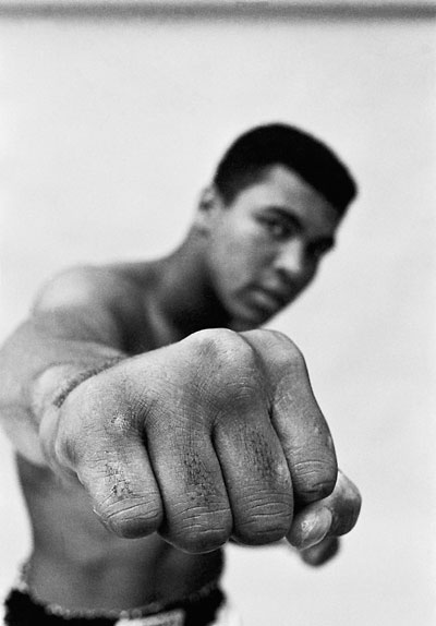 Foto Thomas Hoepker, Muhammad Ali Showing Off His Right Fist, Chicago, 1966