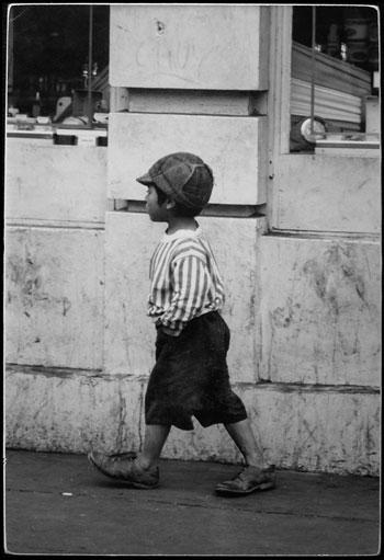 Foto Dennis Hopper, Boy Walking in Mexico, 1961-67