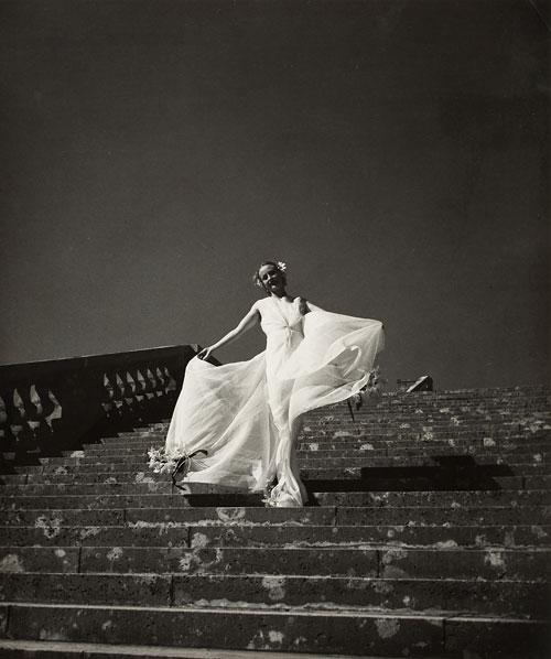 Das Modell Cora Hemmet auf der Schloßtreppe, Versailles 1934-38