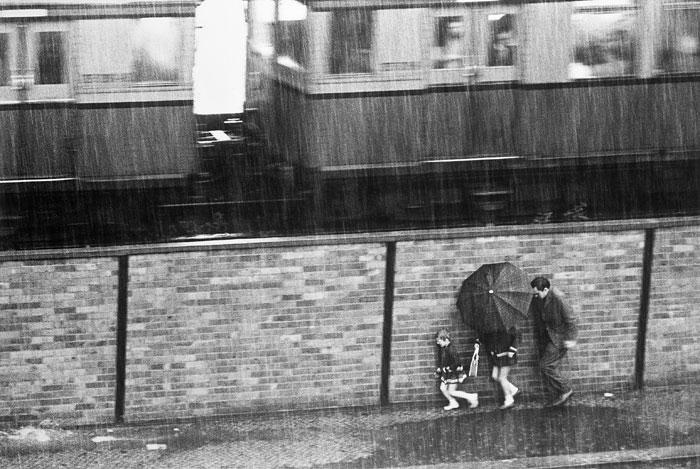 Foto Christian Borchert, Regenschauer am Nöldnerplatz I, Berlin 1971