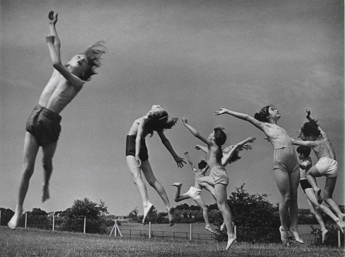 """Foto Edith Tudor-Hart, aus der Serie """"Moving and Growing"""" (»Sich bewegen und wachsen«), 1951"""