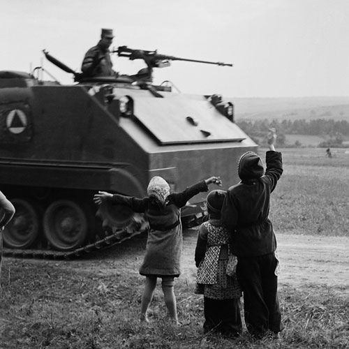 Foto Bill Perlmutter, Children Waving at U.S. Tanks, Germany, 1956