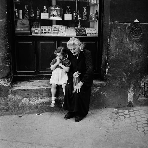 Foto Bill Perlmutter, Grandmother and Child, Spain, 1956