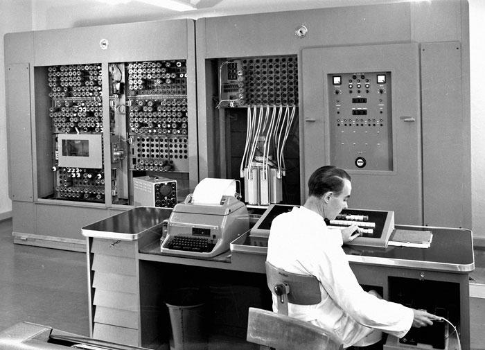 Foto Erster Einsatz von Computern (Zuse Z 22) zur Berechnung der Objektive (1956)