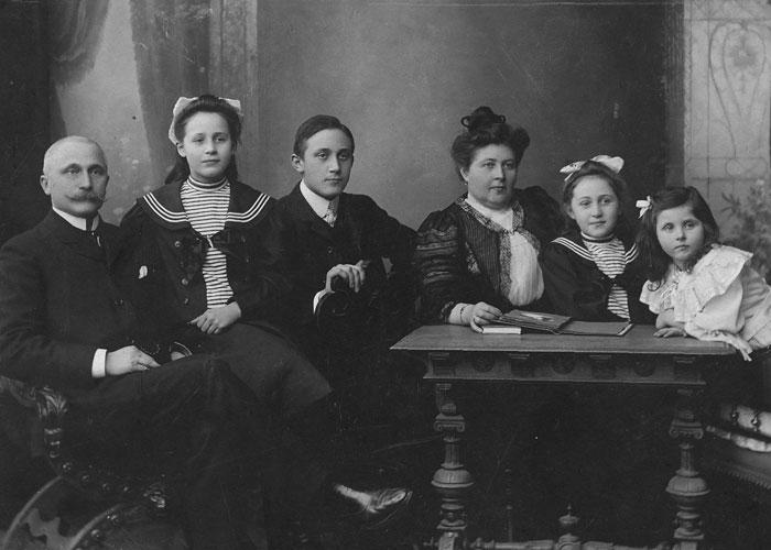 Foto >Die Gründer Joseph Schneider und sein Sohn Josef August Schneider im Kreis der Familie (ca. 1910)