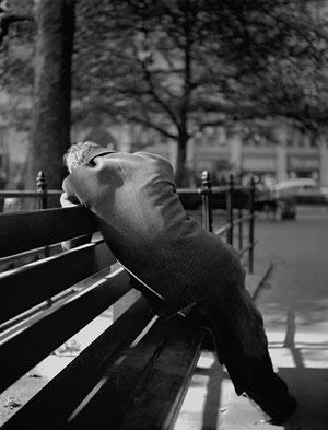 Foto Fred Stein, Mann auf Bank, New York 1941