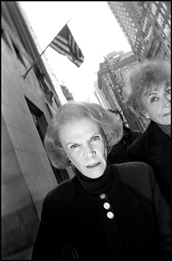 Foto Bruce Gilden, Woman walking 5th Avenue, New York City, 1992