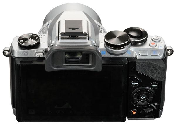 Foto der Rückseite der silberfarbenen E-M10