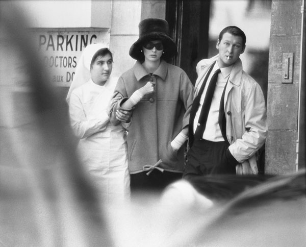 Foto Richard Avedon, Suzy Parker and Mike Nichols, coat by Saint Laurent, The American Hospital, Paris, July 31, 1962
