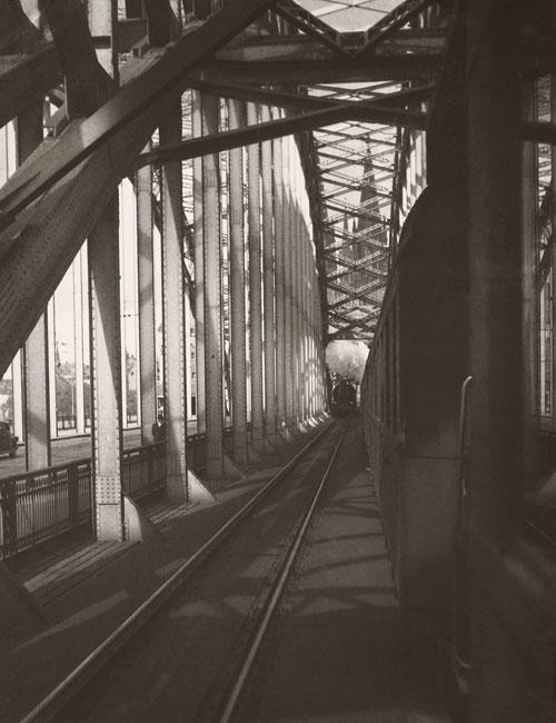 Foto August Sander, Zugverkehr auf der Hohenzollernbrücke, 1938