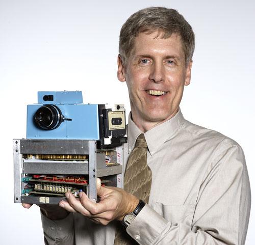 Foto Steve Sasson (* 1950) mit der ersten Digitalkamera