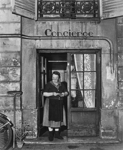 Foto Robert Doisneau, Concierge mit Brille, Rue Jacob, Paris, 1945