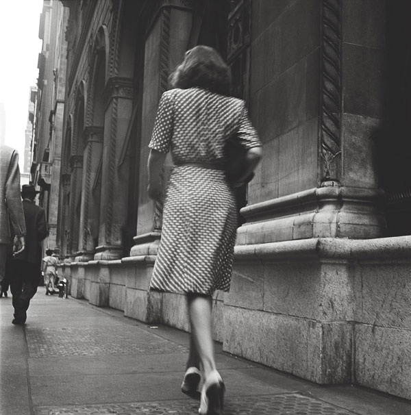 Foto Stanley Kubrick, Street Conversations – Woman walking down the street, 1946