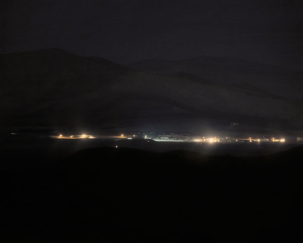 Foto Trevor Paglen, Detachment 3, Air Force Flight Test Center #2 Groom Lake, NV Distance ~ 26 Miles, 2008