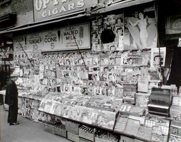 Newsstand, 32nd  Street and Third Avenue, Manhattan. 1935. Fotografiert von Abbott, Berenice.