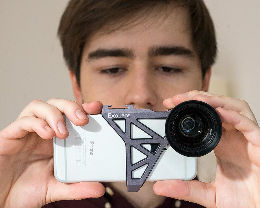 Bei Aufnahmen mit dem ExoLens-System wird das iPhone ganz schön kopflastig.