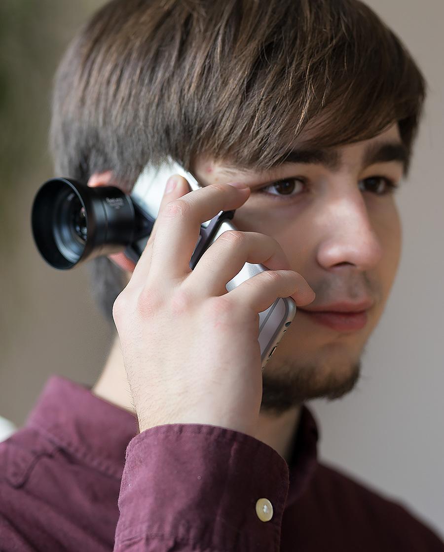 Telefonate mit dem iPhone sind auch bei montierter Vorsatzlinse möglich.