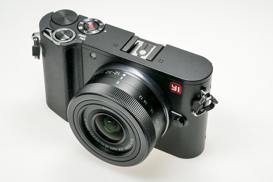 Yi M1 mit Objektiv Panasonic Lumix G 12-32mm