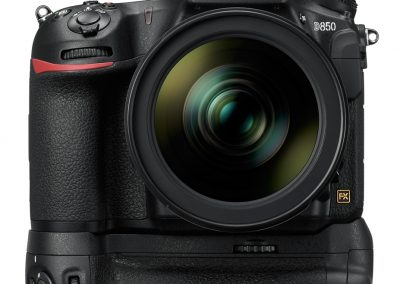 """BILD aus altem Slider In der hier gezeigten Konfiguration mit Objektiv AF-S 24-70mm 1:2.8 E ED und Batteriegriff MB-D18 wiegt die D850 rund 2,5 Kilo. Wer die D850 mit einem adäquaten Objektiv bestückt, muss also mit wenigstens zwei Kilo """"Lebendgewicht"""" rechnen. Da ist es umso wichtiger, dass sich die Kamera so unverkrampft und sicher wie nur möglich halten lässt. Das gelingt mit der D850 durchaus, denn sie hat den Nikon-typisch stark ausgeprägten Handgriff an der Front. Daran hält man die D850 notfalls auch einhändig vors Auge, wenngleich nicht für längere Zeit. Das Bedienkonzept der D850 richtet sich klar an Fotografen, die mit der Kamera arbeiten. So gibt es beispielsweise kein übliches Moduswählrad. Wer das nicht gewohnt ist, wird anfangs viel Zeit investieren, bis er die Kamera aus dem FF konfigurieren kann. Dabei ist alles logisch aufgebaut. Bei der Nikon D850 heißt es meist, eine Taste gedrückt halten und währenddessen mit einem der Wählräder den entsprechenden Parameter ändern. Das mag sich umständlich anhören, folgt aber einem klaren Ziel: nichts verstellt sich auf diese Weise unbeabsichtigt. Bei diesem Konzept ist es nur logisch, dass die Wahltasten alle auf der linken Seite der Kamera angeordnet sind. Wie bei der D5 sind werden diese Tasten übrigens beleuchtet, sobald man die Beleuchtung des Info-Displays auf der rechten Kameraschulter einschaltet. Obwohl ich im Umgang mit Nikon-DSLRs nicht ganz so firm bin, hat mich die D850 nicht vor größere Rätsel gestellt. Selbst bei einem abendlichen Modelshooting in der Münchner Altstadt nicht, den beleuchteten Tasten sei Dank. Aber auch weil die D850 mit einer sehr gelungenen Touch-Bedienung ausgestattet ist. Per Fingertipper durch die Menüs zu navigieren, liegt mir einfach mehr, als umständlich Rädchen zu drehen und dann das Bestätigungsknöpfchen zu drücken. BILD aus altem Slider (Touch-Bedienung) Der Touchscreen hat mir die Bedienung der D850 sehr erleichtert. Eine wahre Pracht ist das rückwärtige Display der D850"""