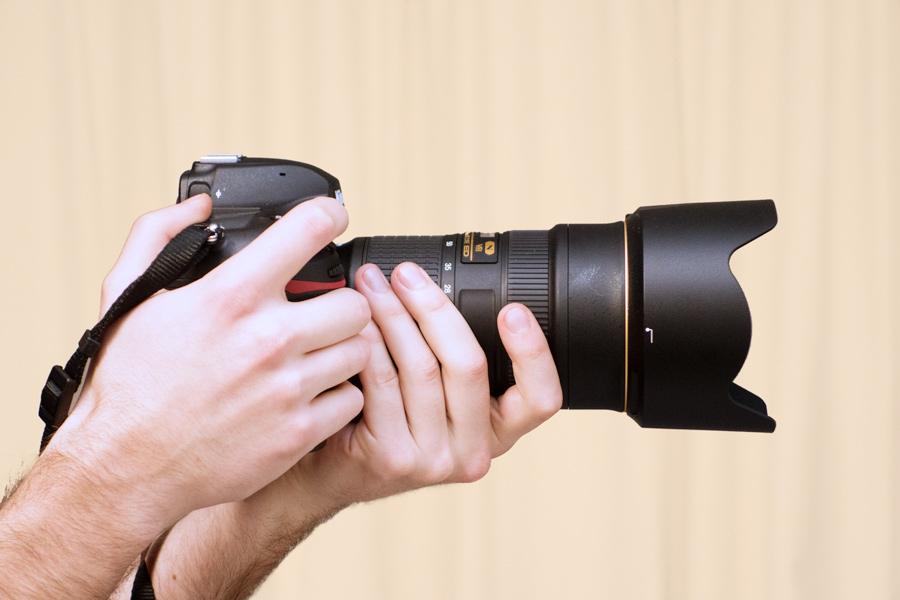 Nikon D850 in der Hand