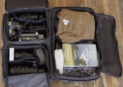 WANDRD Hexad - offen mit Fotoequipment links