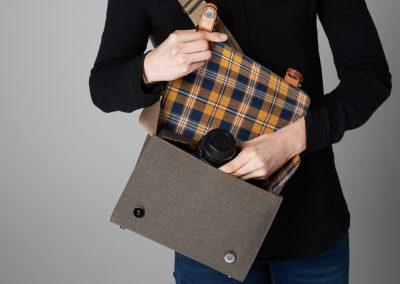 Gariz Canvas Tasche - Frau legt Kamera in Tasche