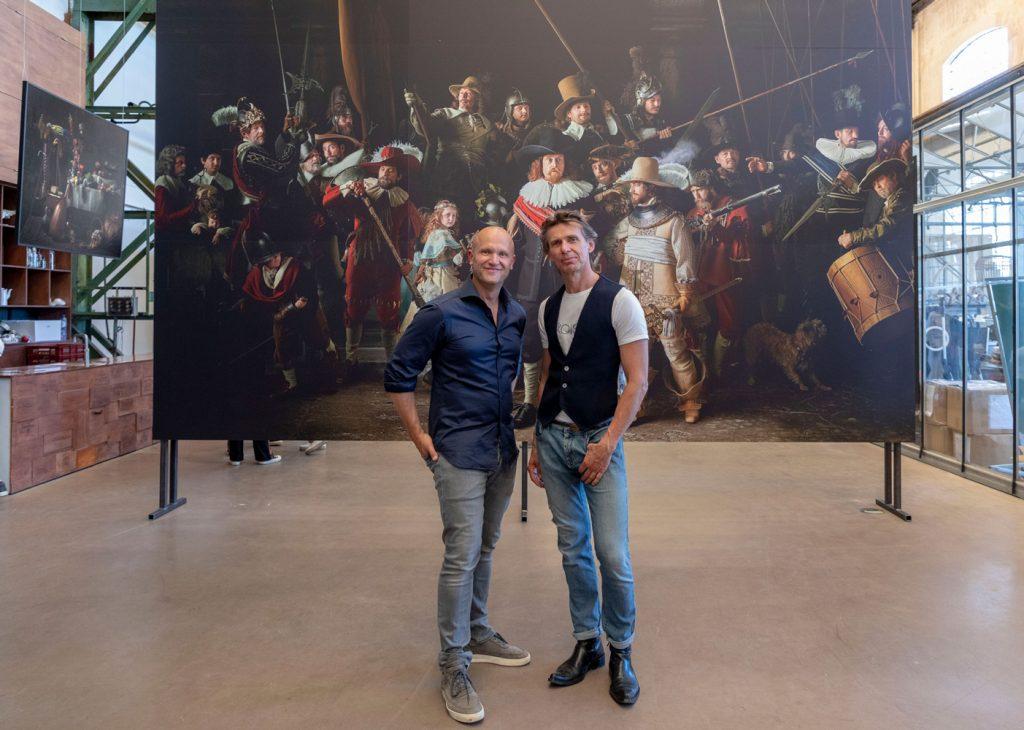Der Fotograf Julius Rooymans und Modedesigner Hanns Ubbink vor ihrem Meisterwerk