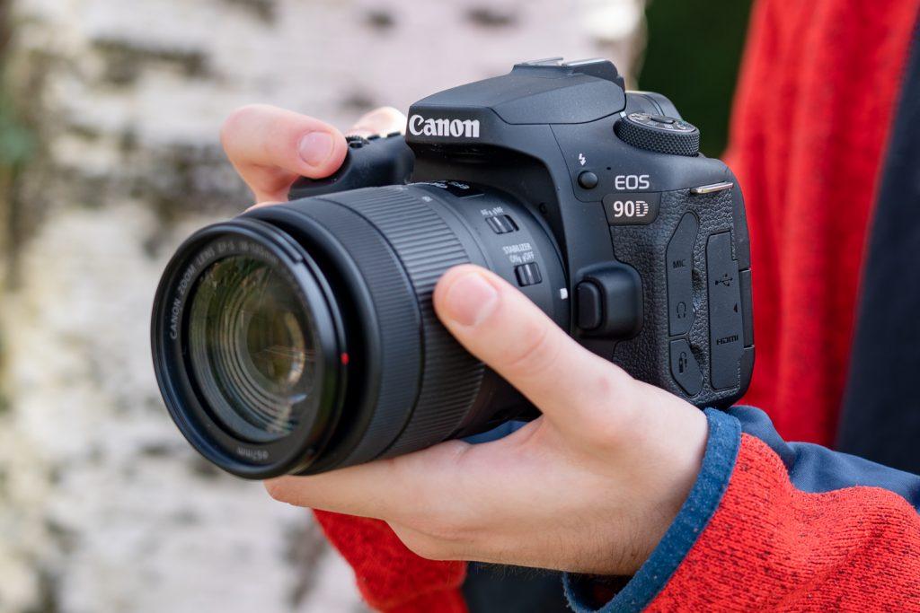 Canon EOS 90D in der Hand